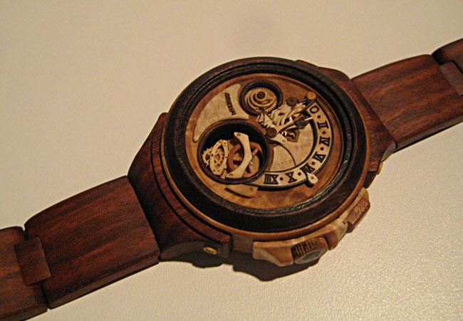 Relógios em madeira por Valerii Danevych.